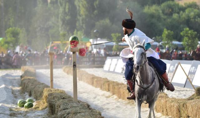 1071 kutlamalarında atlı spor oyunları büyük ilgi görüyor.