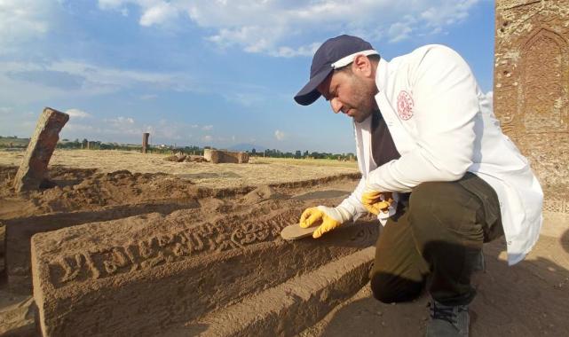 Selçuklu Meydan Mezarlığı'nda yeni mezarlar gün yüzüne çıkarılıyor
