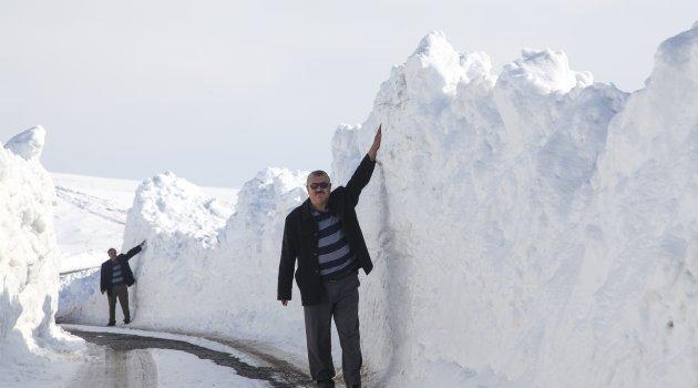 Ahlat'ta 3 metre karda yol açma çalışması