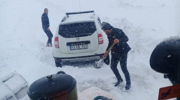 Köy yolunda mahsur kalan araçlar kurtarıldı