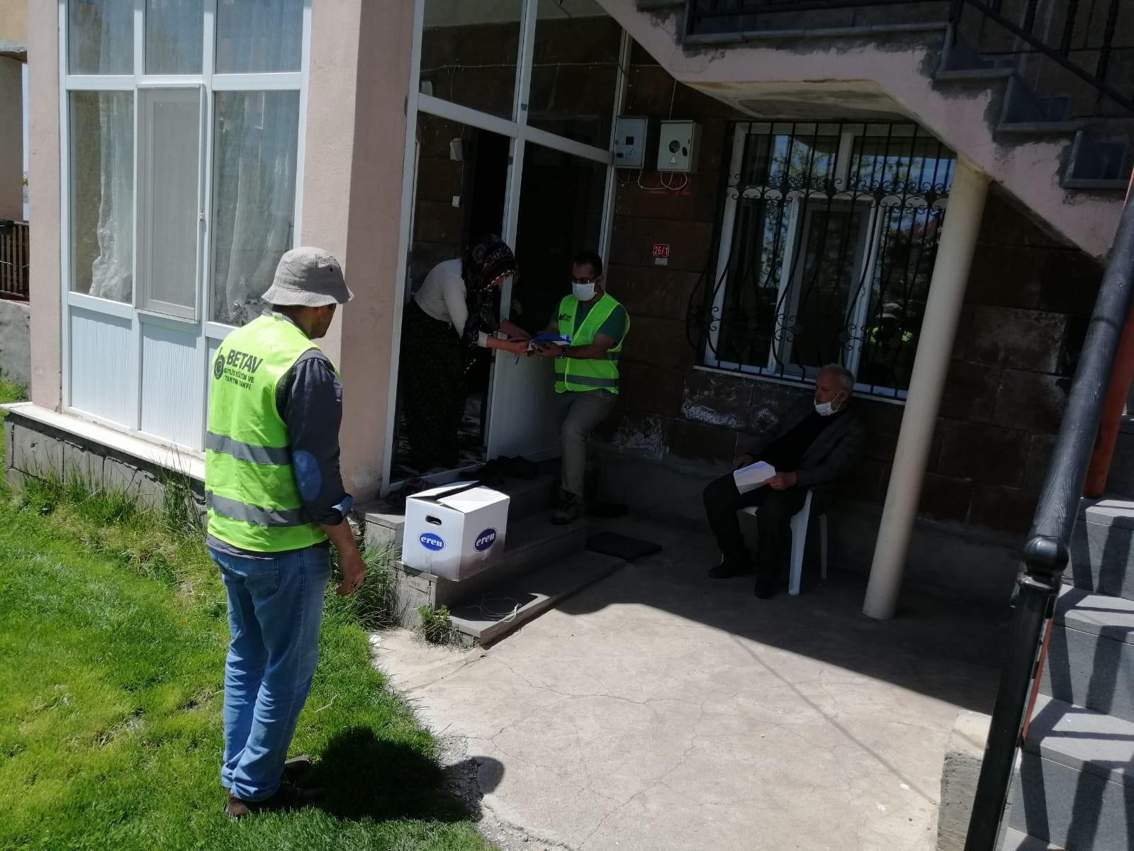 Ahlat'ta bin 72 aileye gıda kolisi ulaştırıldı