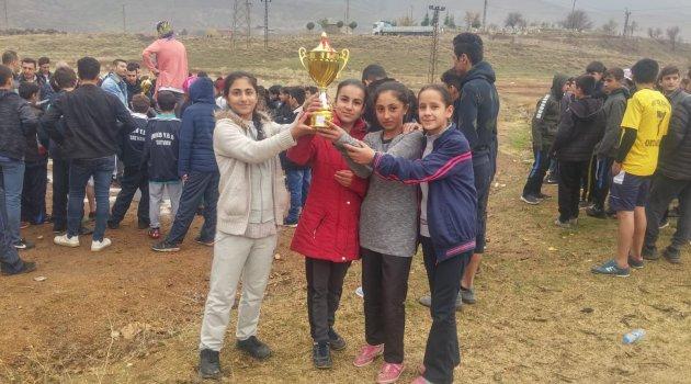 Ahlatlı kız öğrencilerinin kros başarısı