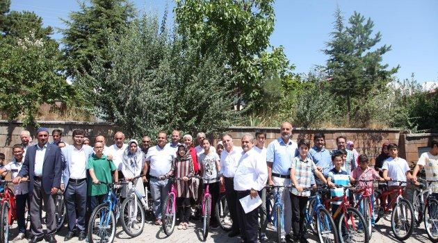 Ahlat'ta başarılı öğrenciler bisikletle ödüllendirildi