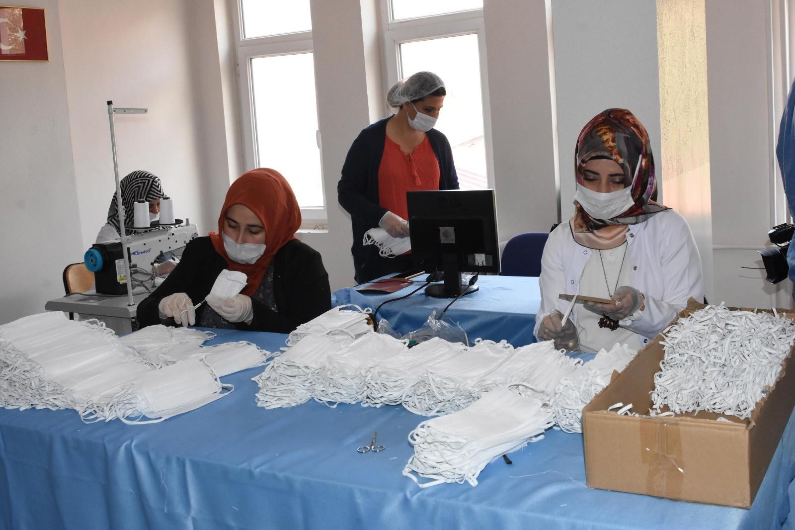 Halk eğitim merkezileri günlük 20 bin maske üretiyor