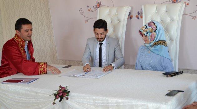 Kayyum ilk kez nikah kıydı