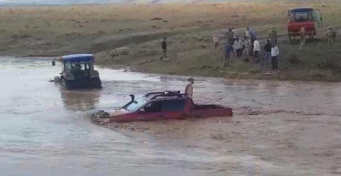 Sel suları Tatvan-Ahlat kara yolunu da trafiğe kapattı.