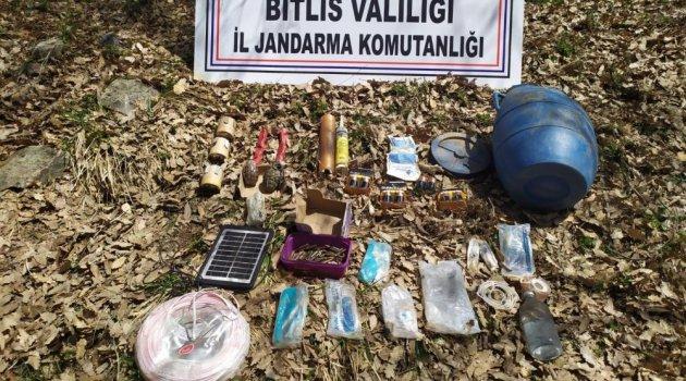 Tatvan'daki iki sığınağın içinde 5 adet el bombası ele geçirildi