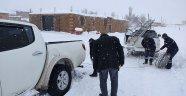 Kar ve tipide mahsur kalan basın mensuplarını vedaş ekipleri kurtardı