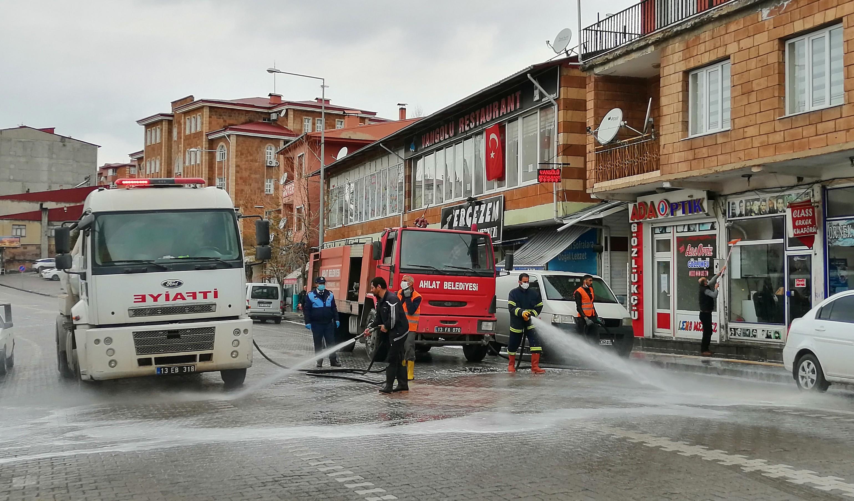 Ahlat'ta cadde ve sokaklar ilaçlı suyla yıkanıyor
